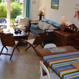 Salon ouvert sur la terrasse côté Ouest, grande table accueillante - Location de vacances - Saint-Malo