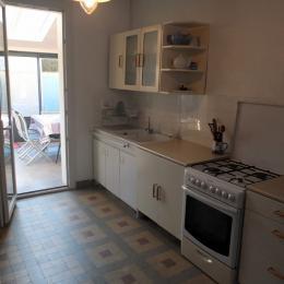 La cuisine donnant accès au coin repas - Location de vacances - Saint-Malo