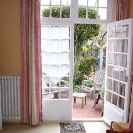 Porte fenêtre de la chambre avec lits de 90 donnant sur la cour arborée - Location de vacances - Saint-Malo