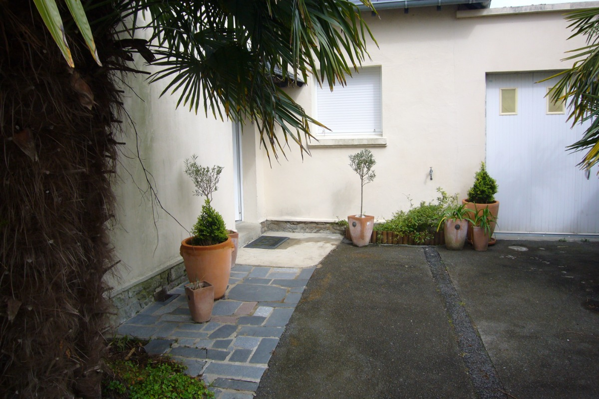 la cour et l'entrée de la maison au fond à gauche - Location de vacances - Saint-Malo