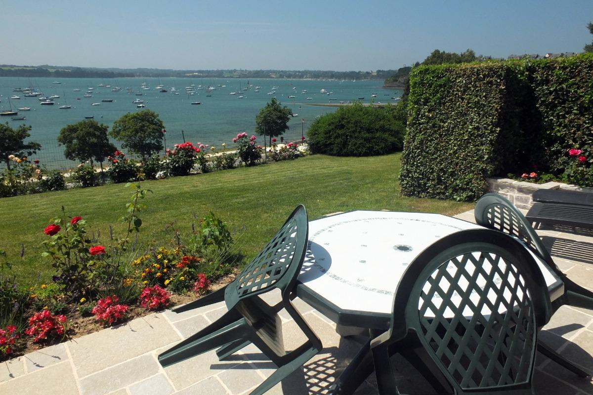La terrasse et le jardin face à la Rance - Location de vacances - Saint-Suliac