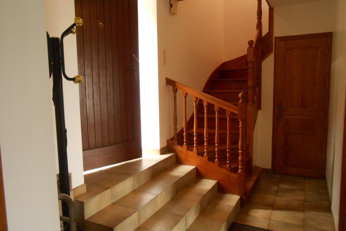 Entrée avec son escalier menant à l'étage - Location de vacances - Saint-Suliac