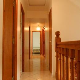 couloir avec une grande armoire - penderie - Location de vacances - Saint-Suliac