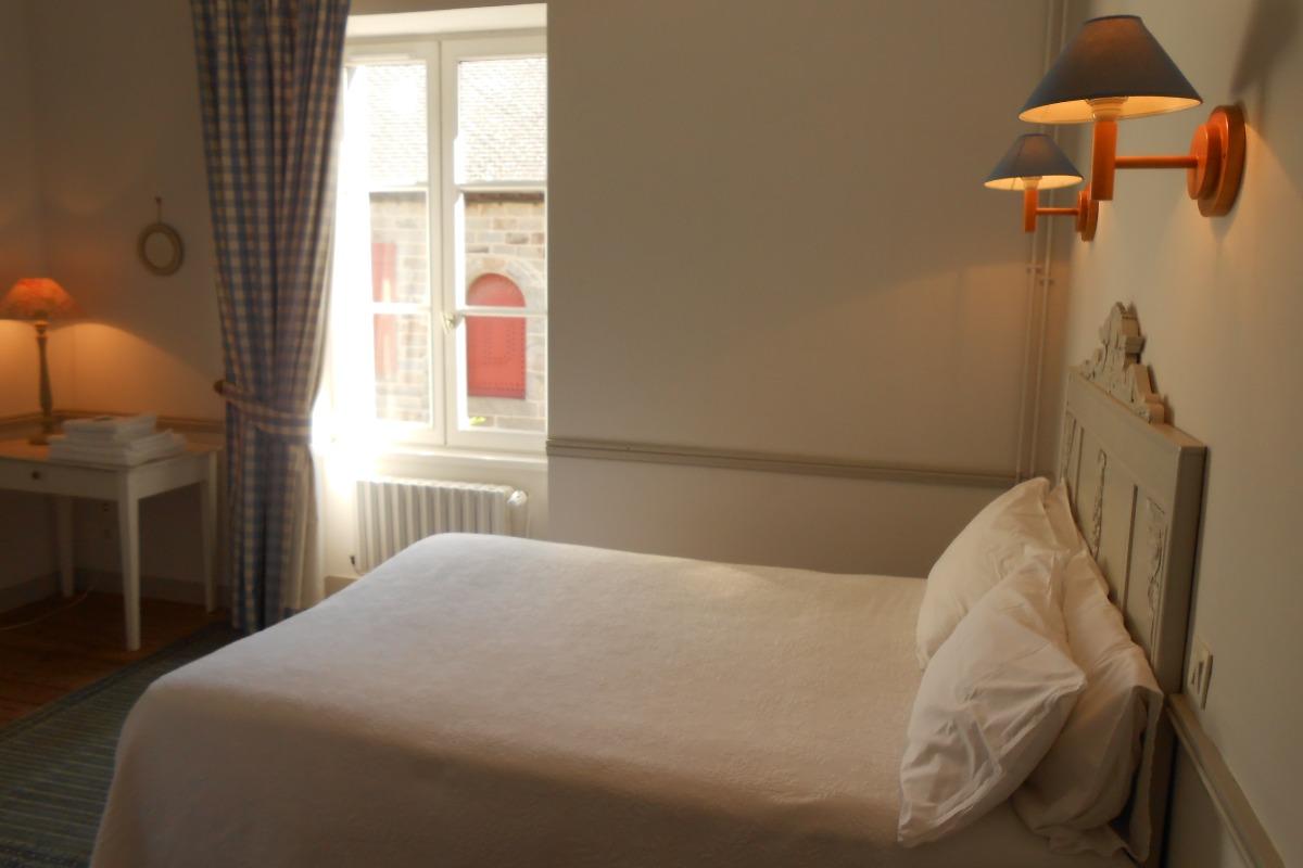 Chambre bleue avec un lit de 140 cm - Chambre d'hôtes - Saint-Suliac