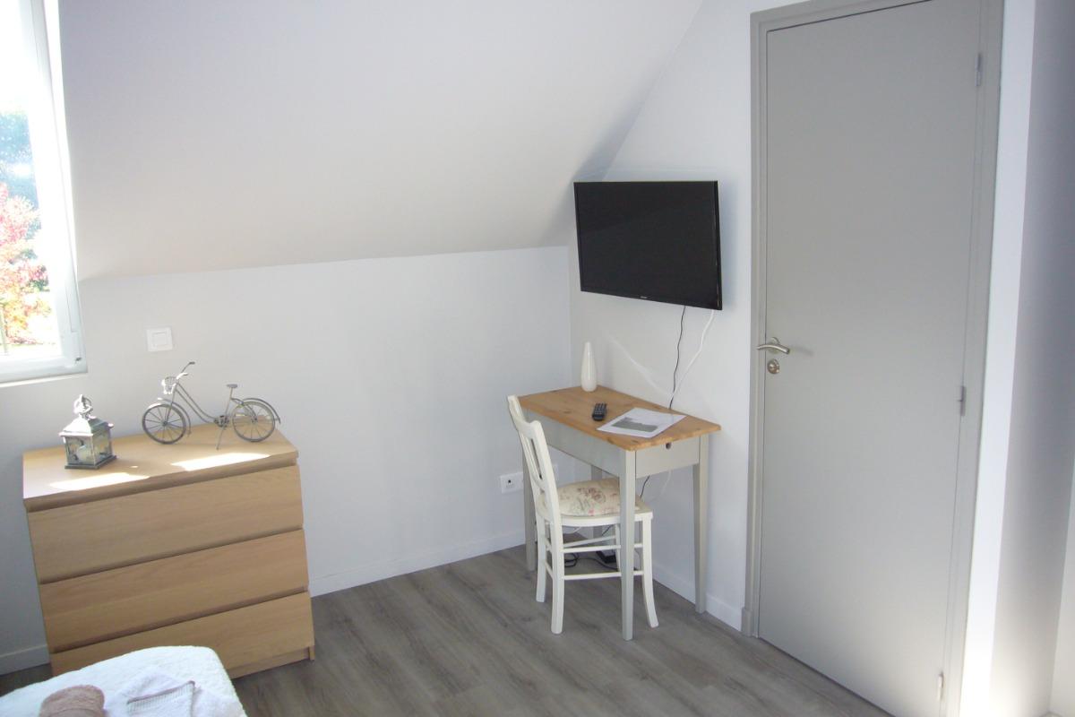 Une commode, un bureau et la télévision - Chambre d'hôtes - Hédé - BAZOUGES