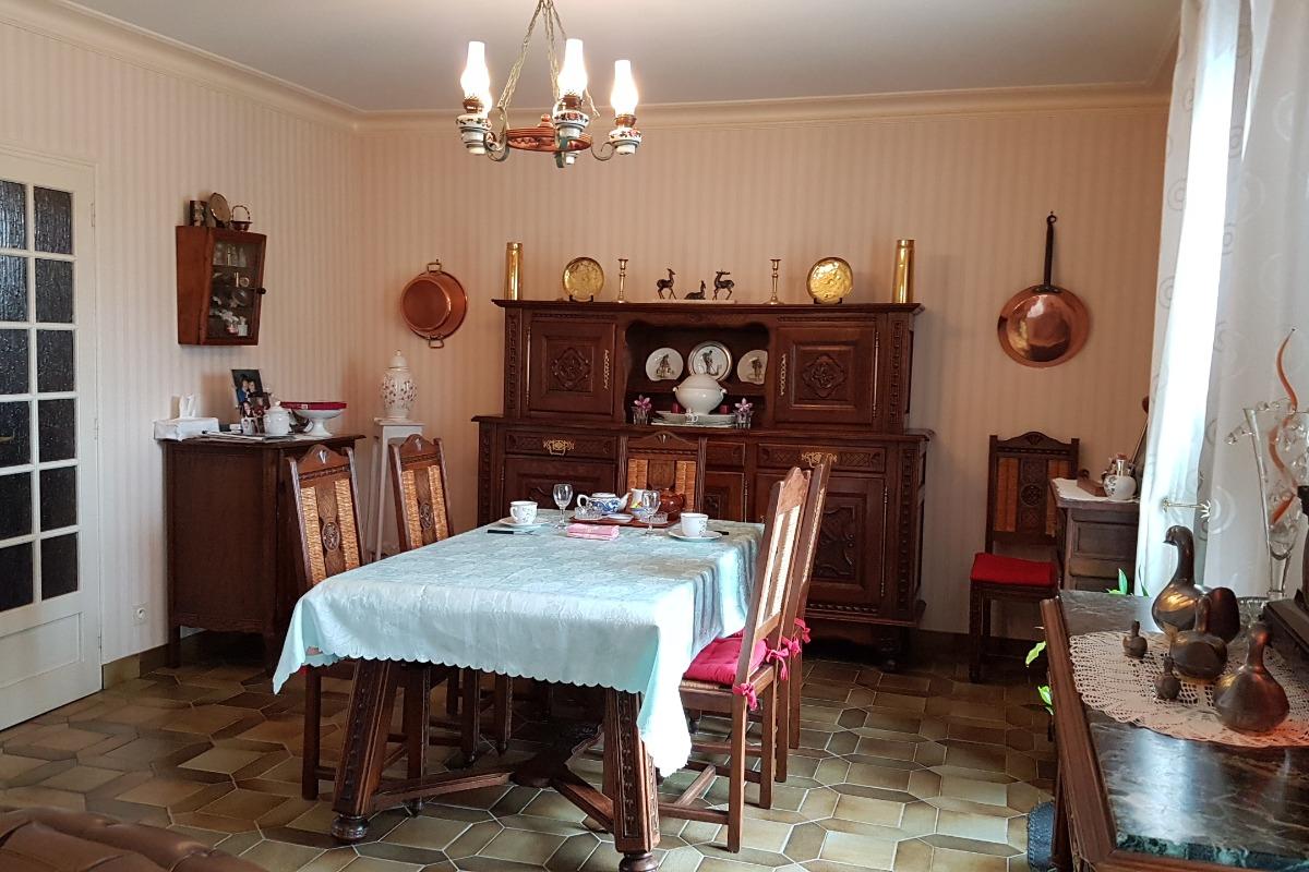 L'espace petit déjeuner dans la salle à manger - Chambre d'hôtes - Dol-de-Bretagne
