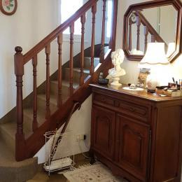 L'entrée de la maison avec l'escalier menant à la chambre - Chambre d'hôtes - Dol-de-Bretagne