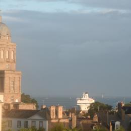 La vue depuis le balcon sur le chenal, lieu de passage des bateaux arrivant et partant de St Malo - Location de vacances - Saint-Malo