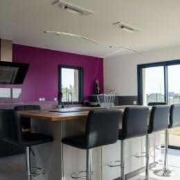 La Villa Touesse - L'espace repas convivial autour de l'ilôt central de la cuisine aménagée - Location de vacances - Saint-Coulomb