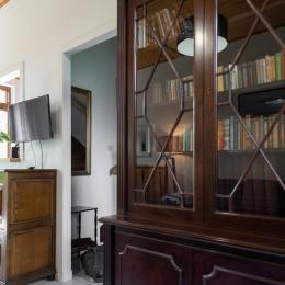 Bibliothèque , coin salon. Les Montbretias. - Location de vacances - Saint-Malo