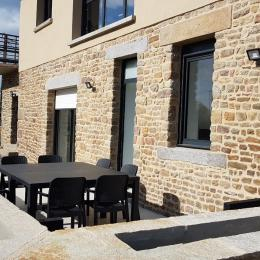 La terrasse privative du gîte Monalisa au rez-de-chaussée (les fleurs vont bientôt arriver dans les jardinières toutes neuves en pierre du pays !) - Location de vacances - Baguer-Pican
