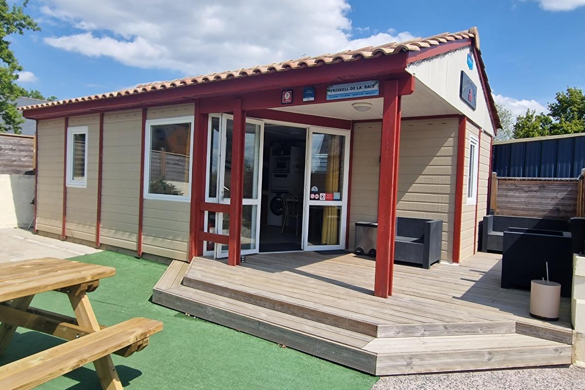 Terrasse en bois extérieure et abritée  Chalet  Triskell de la Baie   - Location de vacances - Saint-Marcan