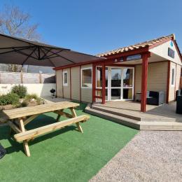 L'espace salon dans la pièce à vivre - Chalet Le Triskell de la Baie - Location de vacances - Saint-Marcan