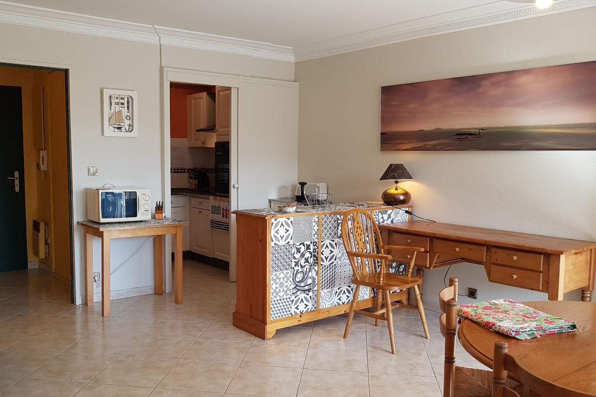 L'entrée indépendante, la cuisine équipée, le bureau - Appartement Au pied des Vagues à Saint-Enogat - Location de vacances - Dinard
