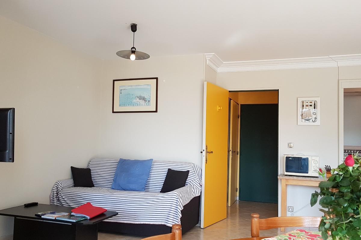 L'espace couchage dans la pièce de vie - Appartement Au pied des Vagues à Saint-Enogat - Location de vacances - Dinard