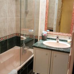 L'espace repas, l'accès à la terrasse et vue mer - Appartement Au pied des Vagues à Saint-Enogat - Location de vacances - Dinard