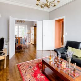 La salle à manger et l'accès à la terrasse en bois extérieur à l'arrière de la maison - Villa La Côte du Chat - Location de vacances - Hédé - BAZOUGES