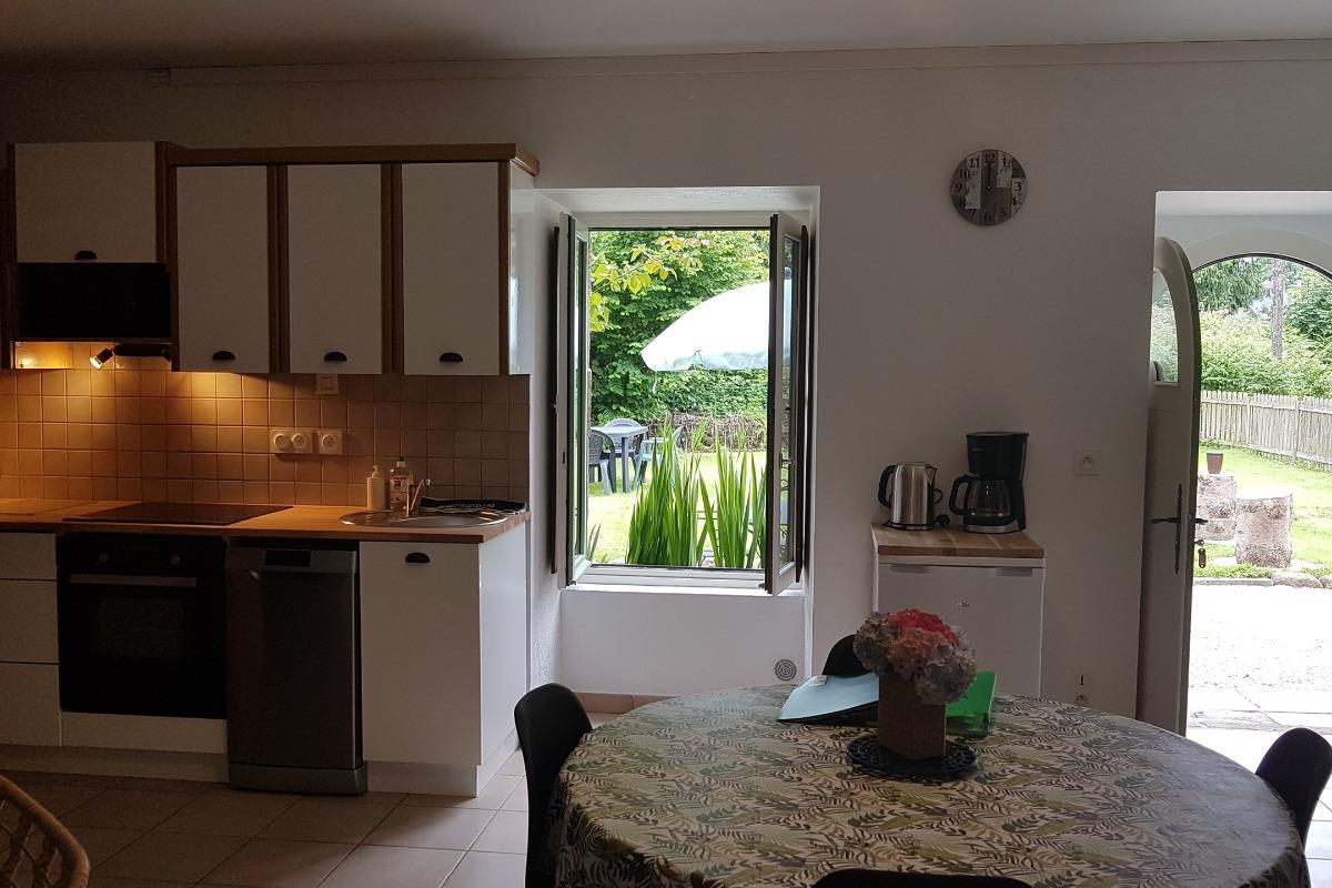 La cuisine, la vue et l'accès à la terrasse et au jardin - Location François - Gîtes Atala - Location de vacances - Combourg