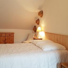 Dans la chambre double indépendante à l'étage (lit 140cm) - Maison René - Gîtes Atala - Location de vacances - Combourg