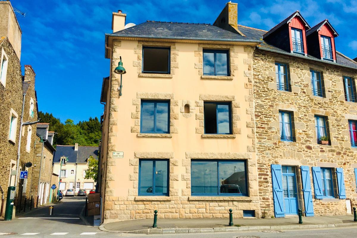 La maison de vacances Bleu Cancale avec ses 3 appartements: Indigo (rdc), Emeraude (1er) et Outremer (2ème) sur le Port de la Houle - Location de vacances - Cancale
