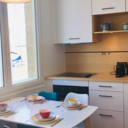 L'espace repas, la cuisine aménagée et la vue ! Appartement de vacances Bleu Cancale - Indigo - Location de vacances - Cancale