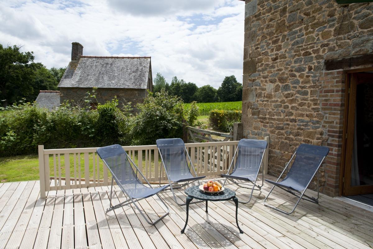 La chambre suite à l'étage avec lit 160cm, salle d'eau-WC attenante et dressing - Gîte La Grange - Location de vacances - Noyal-sous-Bazouges