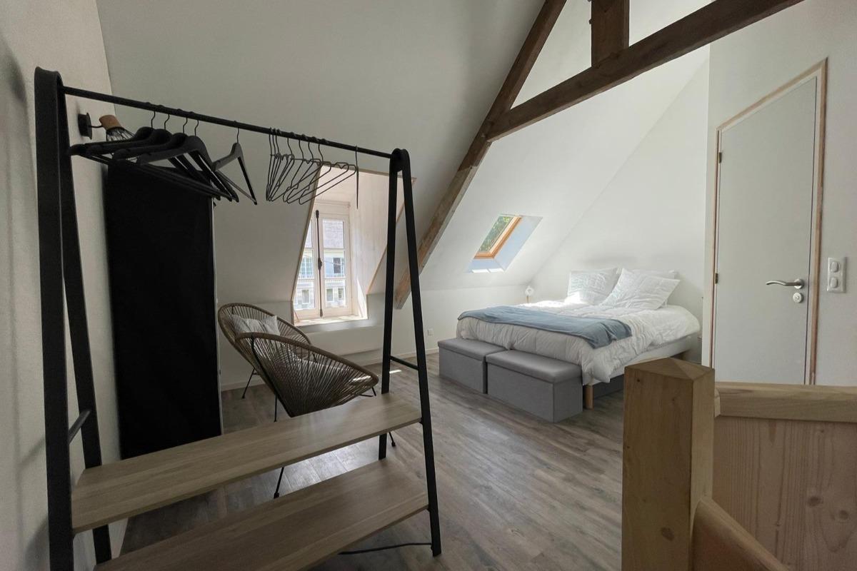 La chambre de l'étage (lit 160cm) avec salle d'eau WC attenante - Gîte Le petit 121 - Location de vacances - Saint-Lunaire