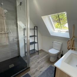 La salle d'eau-WC à l'étage, indépendante et attenante à la chambre - Gîte Le petit 121 - Location de vacances - Saint-Lunaire
