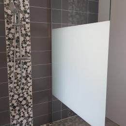 Douche de la salle d'eau du bas - Location de vacances - Bélâbre
