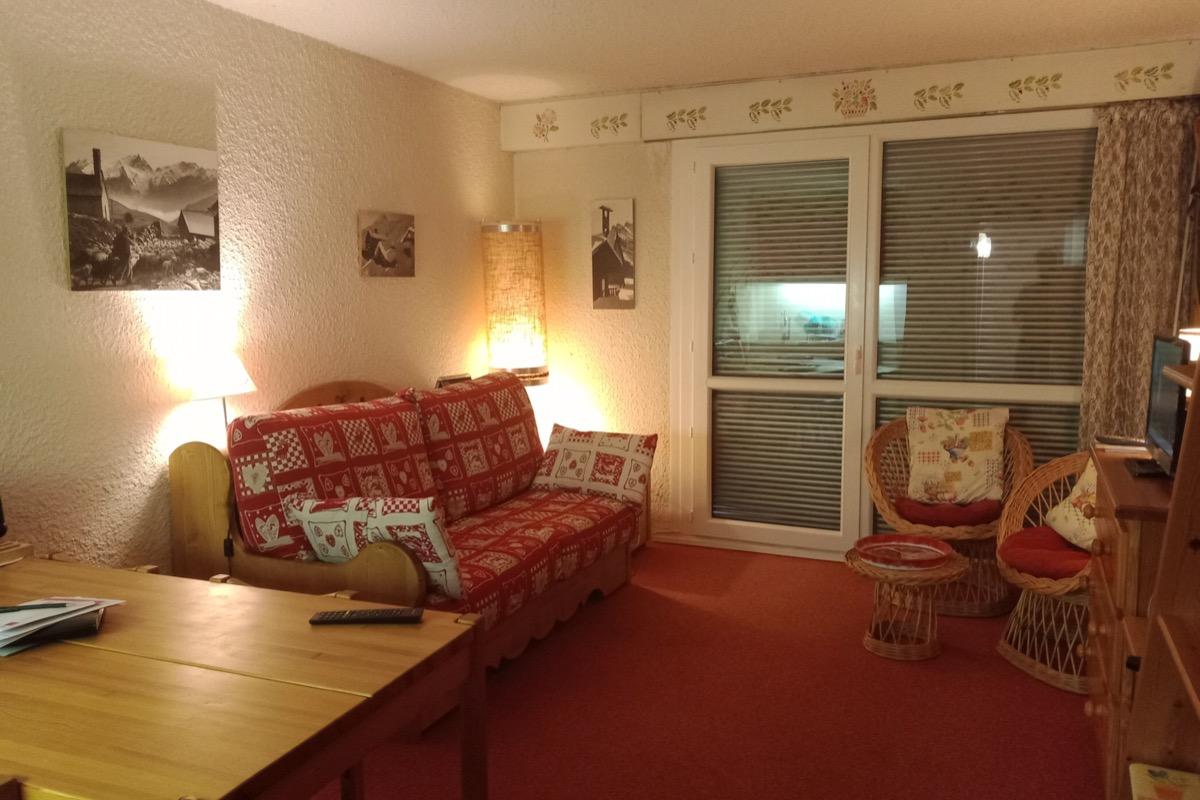 Location appartement 4 personnes à Méaudre dans le Vercors - vue  de la pièce principale vers coin télé et jeux