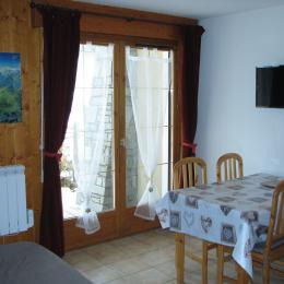 appartement dans résidence aux 2 Alpes - Le séjour avec cuisinette sur le coté - Location de vacances - les Deux Alpes