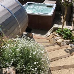 Escaliers donnant sur la piscine chauffée - Location de vacances - Plateau-des-Petites-Roches