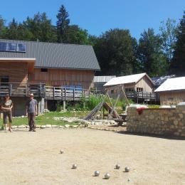 Chalet en chartreuse - Isère, une partie de boules avant l'heure de l'apéro ? - Location de vacances - Plateau-des-Petites-Roches