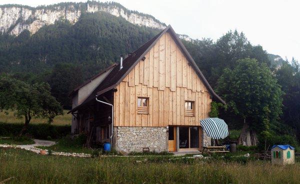 L'entrée du gîte et sa petite cabane pour les jeunes enfants ! - Location de vacances - Entre-deux-Guiers