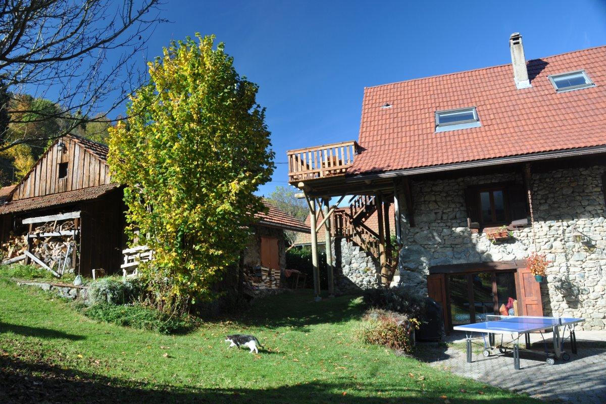 Grand jardin arboré et terrasse en bois privée panoramique - Location de vacances - Saint-Mury-Monteymond