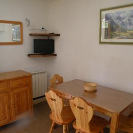Au coeur des Deux Alpes, appartement à louer pour 3 personnes - Coin Repas (Rangements et Télévision) - Location de vacances - les Deux Alpes