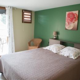 chambre fleur avec lit en 160, ouverte sur une terrasse privative. - Chambre d'hôtes - Meyrié