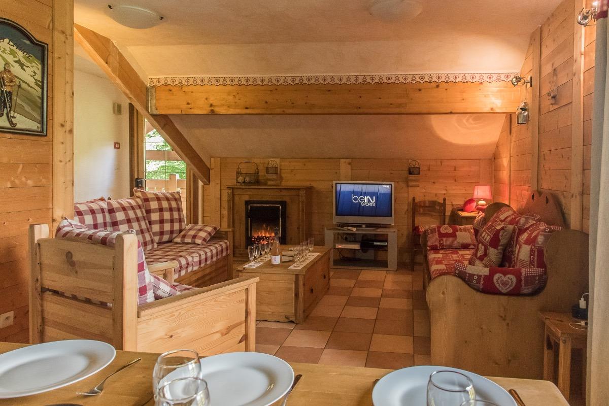 Coin salon avec TV HD LCD, box internet wifi + BeInSports et console de jeux PS3 - Location de vacances - Mont-de-Lans