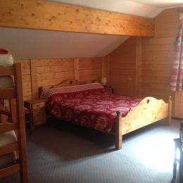 Les 4 chambres sont dans le meme esprit et ont toutes 1 lit double 160 x 200 et 2 lits simples superposés 90 x 200 - Location de vacances - Mont-de-Lans
