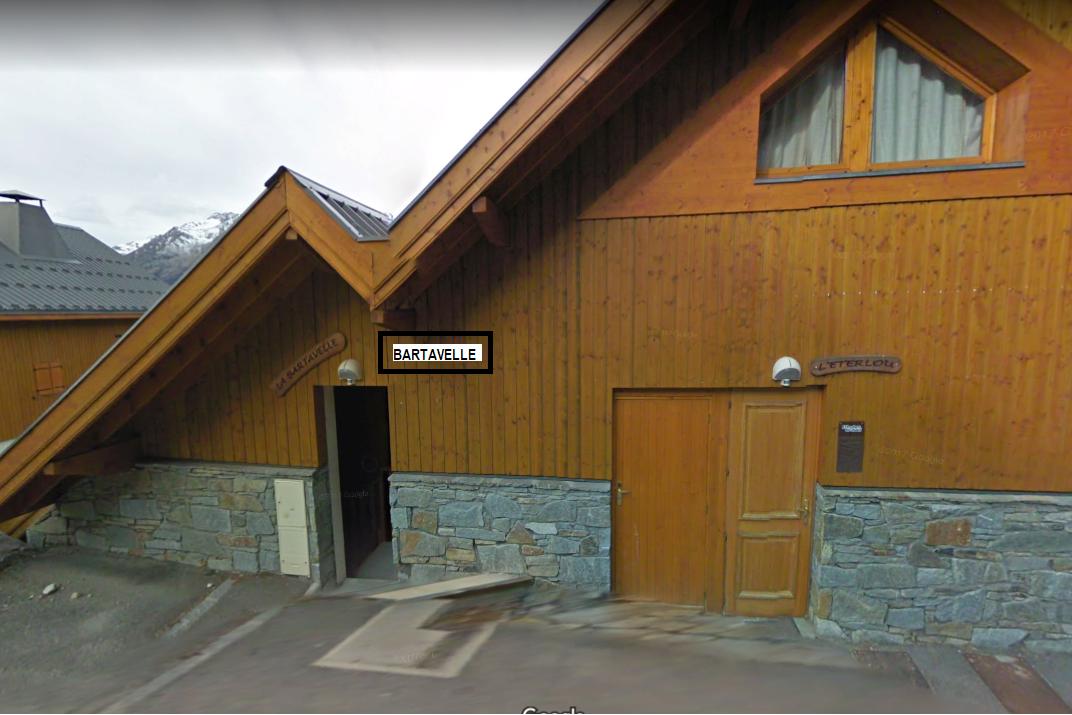 Escalier couvert donnant accès à la porte d'entrée Chalet Bartavelle. - Location de vacances - Oz