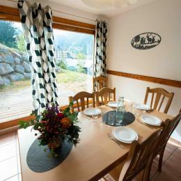 Chalet Daim: Salon, salle à manger, cuisine - Location de vacances - Oz