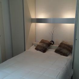 La chambre (séparée du salon par une porte) dispose de 2 colonnes (penderie et lingère) et d'un placard penderie. - Location de vacances - les Deux Alpes