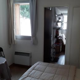 L'espace disponible dans le bas du lit accueille une table bistrot et des chaises pliantes, ou un lit de bébé. - Location de vacances - les Deux Alpes