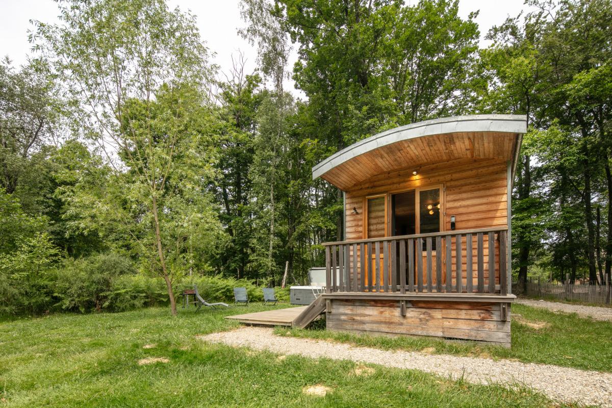 Hébergement insolite: Roulotte Libellule et son spa : 4 personnes dans le Parc Naturel de Chambaran St Pierre de Bressieux( Isère) près de l'aéroport de Grenoble St Geoirs - Location de vacances - Saint-Pierre-de-Bressieux