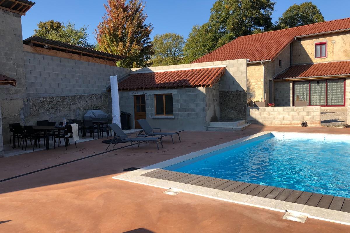 la terrasse au bord de la piscine - Location de vacances - Tramolé
