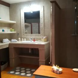 Salle de bain à l'italienne de la suite - Chambre d'hôtes - Sermérieu