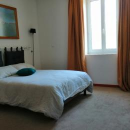 chambre avec lit 140 cm en bas du duplex - Chambre d'hôtes - Saint-Lattier