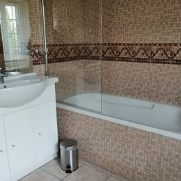 salle de bain avec baignoire - Location de vacances - Saint-Lattier