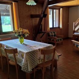 salle de séjour avec coin cuisine entièrement équipé. - Location de vacances - Les Rousses