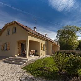 Location gite dans le Jura : Terrasse et entrée couvertes indépendantes - Location de vacances - Marigny